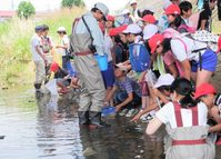 千里川体験学習で高校生が小学生を支援