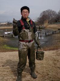 干した池の底でイシガイ採り(水成粘土も入手)