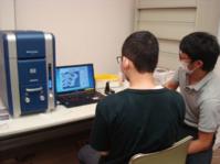 走査型電子顕微鏡(SEM)を使いに生徒と岸和田へ